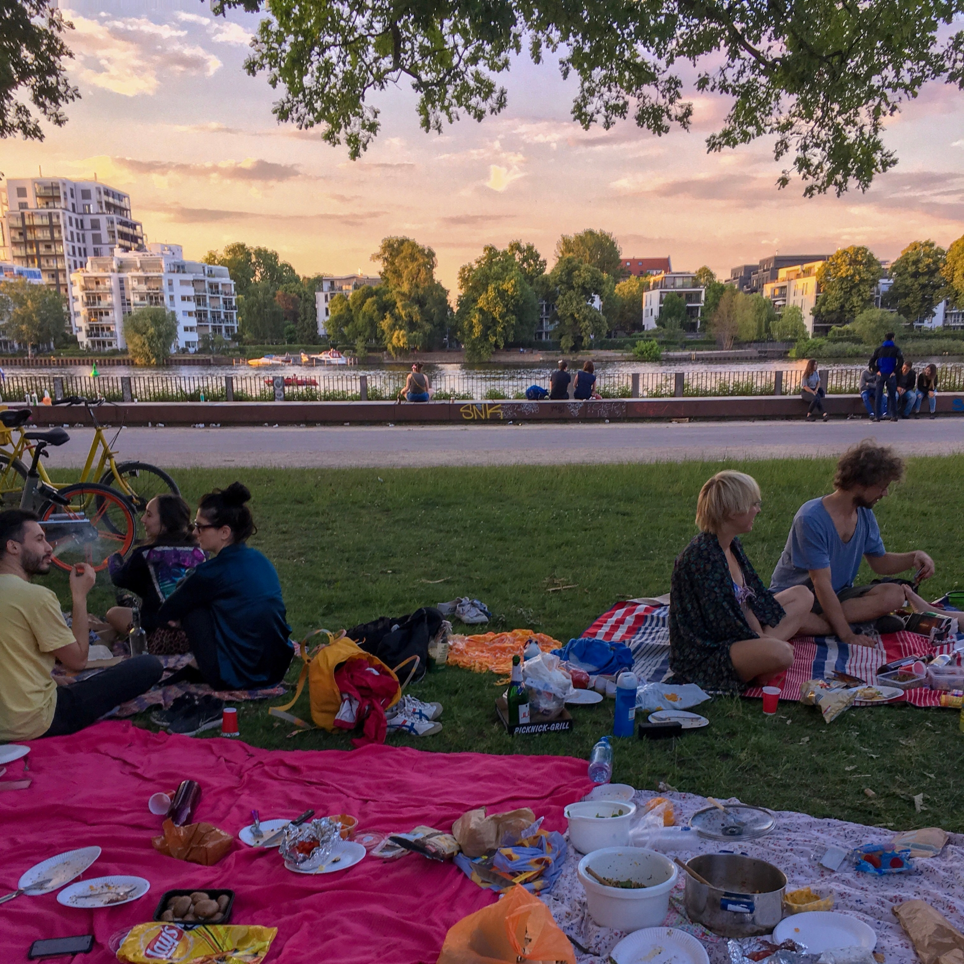 Picnic at Treptower park as the sun sets